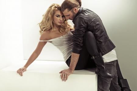 Muž na sobě koženou bundu a jeho smyslnou ženu