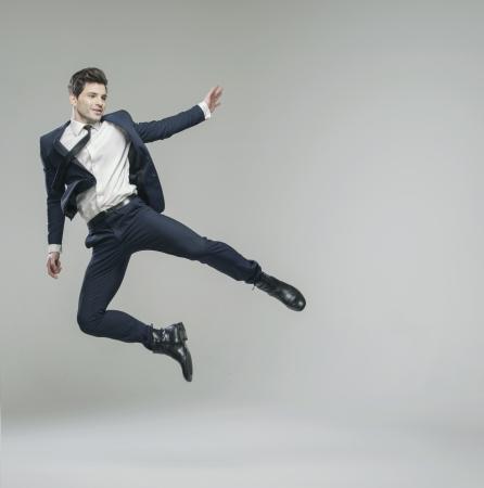 Attraktive junge Mann in der Phantasie Pose