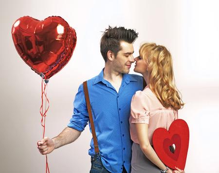 gente celebrando: Pares felices atractivos durante el día de San Valentín Foto de archivo