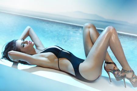 niñas en bikini: Chica joven y atractiva con el mar de fondo Foto de archivo