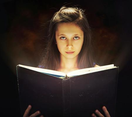 ni�as sonriendo: Lindo abrir el libro m�gico ni�a Foto de archivo