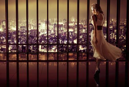 mujer bonita: Mujer bonita joven en el lujo moderno apartamento