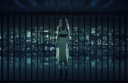 Sexy žena hledí na noční město
