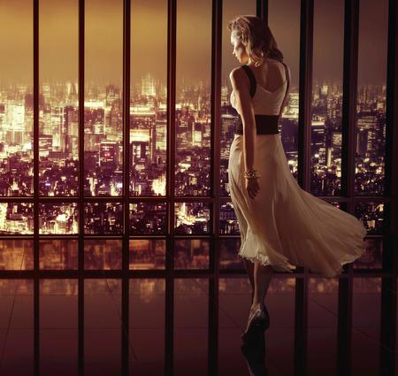 femme en sous vetements: Lady marcher sur le sommet du gratte-ciel Banque d'images