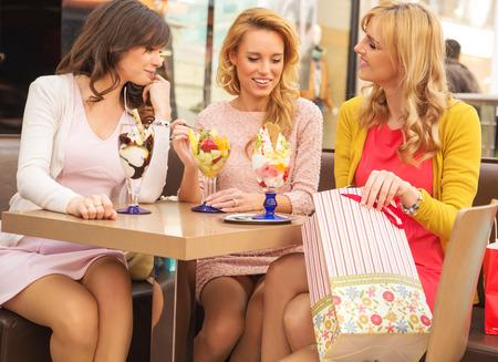 Aantrekkelijke dames in de luxe shopping mall
