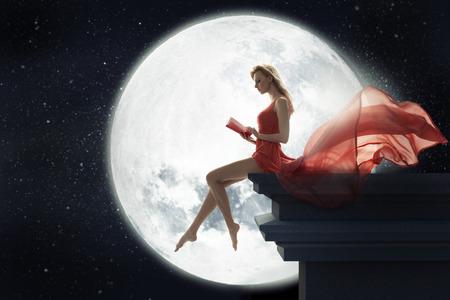 満月の背景の上にかわいい女性