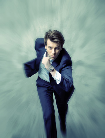 Fijne foto van het lopen jonge zakenman Stockfoto