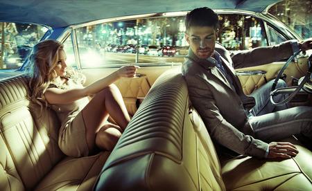 Elegante jonge paar voordat het avondfeest Stockfoto