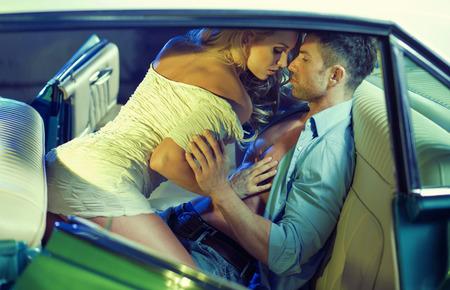 Erotische scène van de jonge sensuele paar in de auto