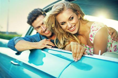 pärchen: Lachende junge Paar während der aufregenden Flitterwochen