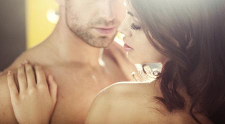 young couple sex: Молодые влюбленные заманчивые во время медового месяца Фото со стока