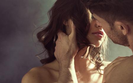 sexo femenino: Mujer sensual besando a su guapo marido