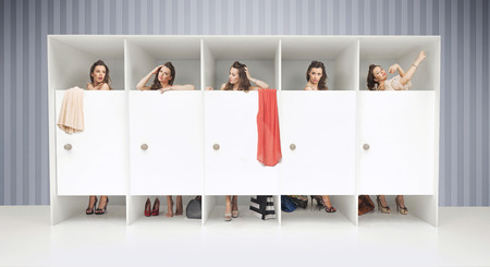 changing clothes: Cinco chicas j�venes en vestuarios Foto de archivo