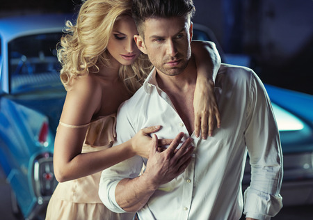 bel homme: Photo romantique de la jeune couple d'amoureux