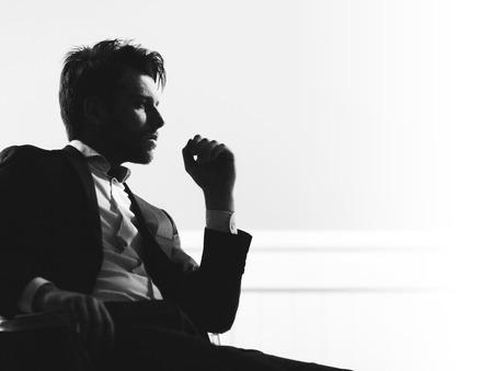 beau mec: Portrait de l'homme d'affaires beau intelligent