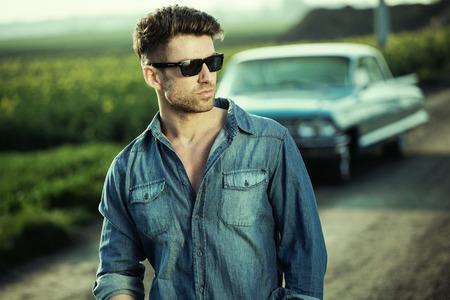 beau mec: Smart homme portant des lunettes de soleil à la mode