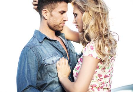 parejas sensuales: Escena rom�ntica de la pareja bes�ndose matrimonio Foto de archivo