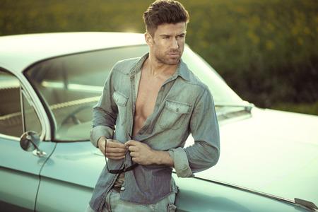 musculoso: Retrato de un hombre inteligente musculoso