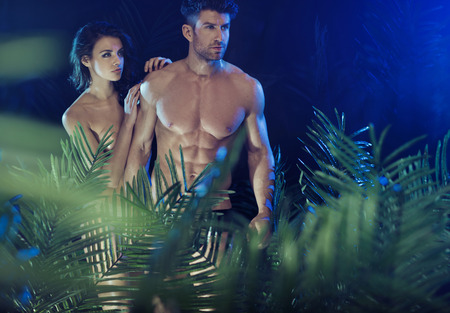 modelos hombres: Pareja sexy entre las plantas verdes tropicales
