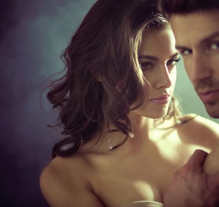 nudo maschile: Sexy giovane donna guardando il marito nudo Archivio Fotografico