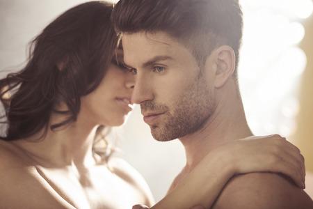 parejas sensuales: Moreno guapo con su mujer sensual