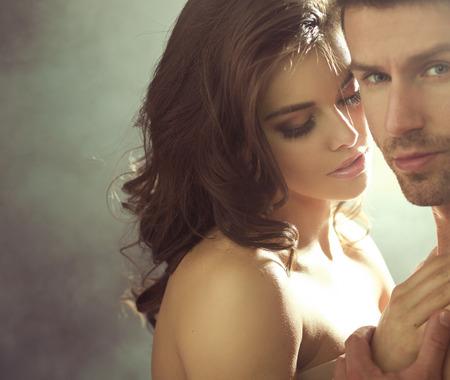 homme nu: Gros plan portrait de jeunes amants sensuels