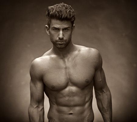 handsome men: Uomo bello con il torso muscoloso