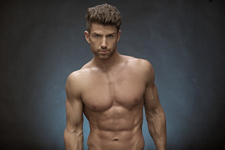 hombres guapos: Hombre muscular hermoso con gran peinado