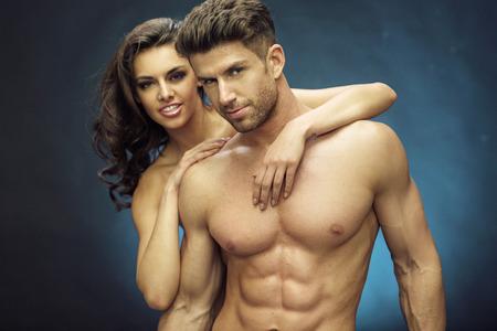 musculoso: Chico guapo muscular con su encantadora novia