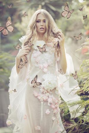 Portrhe giovane donna tra le farfalle volanti Archivio Fotografico