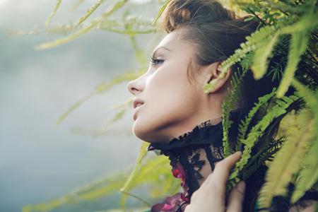 Brunette donna nella foresta tropicale