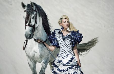 白い馬を持つ女性のカラフルな絵