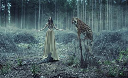 Jonge sexy Traner met de wilde tijger
