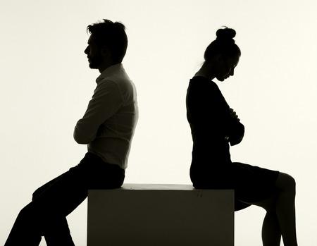 Sad couple ayant l'argument sérieux