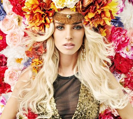 Bella donna con un sacco di fiori colorati