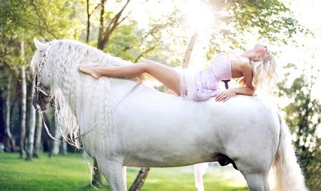 femme et cheval: Dame adorable allongé sur le cheval majestueux