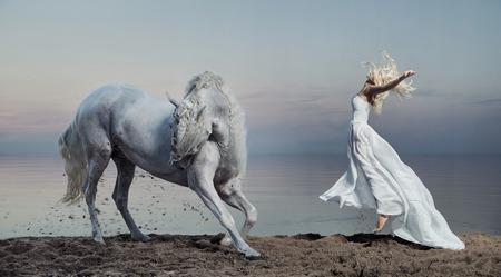 caballo de mar: Foto de arte de la mujer con el caballo fuerte