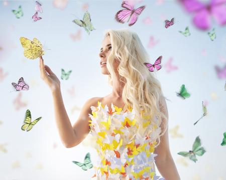 나비와 함께 재생하는 매력적인 섬세한 여자