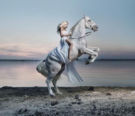 말에 금발 아가씨의 놀라운 초상화 스톡 콘텐츠