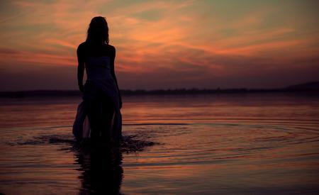 Silhouette de la jeune nymphe des eaux Banque d'images - 33049631