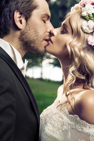 Ritratto della coppia giovane baciare matrimonio Archivio Fotografico