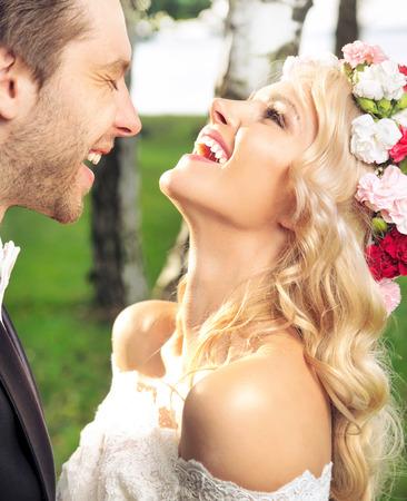 Ritratto di felice coppia appena sposata