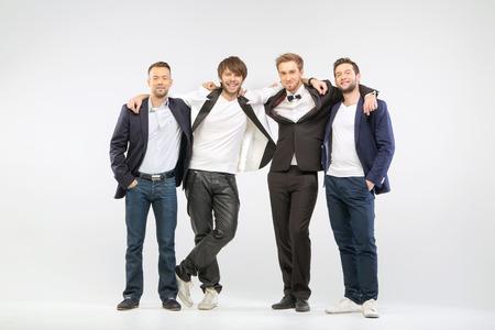 viso uomo: Un gruppo di quattro amici ragazzo allegri