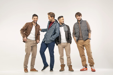 moda ropa: Grupo de los satisfechos, amigos alegres Foto de archivo