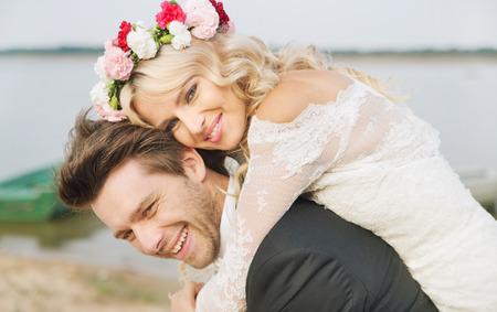 행복한 미소를 지었다 결혼 커플 포옹