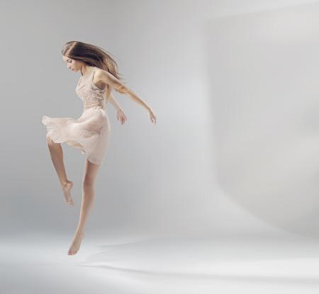 Talentierte ziemlich Springen Ballett-Tänzerin