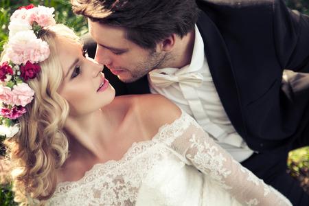 esküvő: Portré a fiatal csókolózó pár házassága