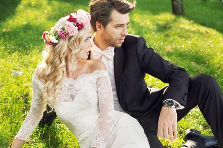 Verleidelijke jonge vrouw met haar knappe bruidegom Stockfoto
