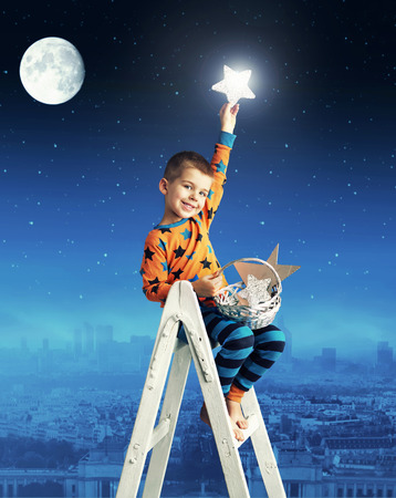estrella caricatura: Poco hombre recogiendo las estrellas que brillan