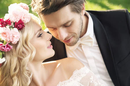 Delicato giovane sposa con bel sposo